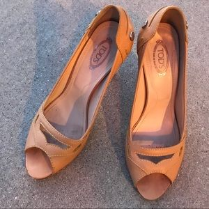 Tods gorgeous tan leather pumps